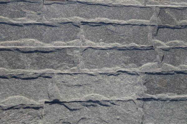 Ръчно оформен сив камък подходящ за външни облицовки